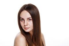 INGEN naturlig ren framsida för MAKEUP av den unga brunettflickan utan inget M Royaltyfri Bild