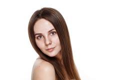 INGEN naturlig ren framsida för MAKEUP av den unga brunettflickan utan inget M Royaltyfria Bilder
