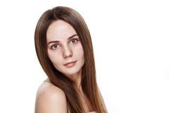 INGEN naturlig ren framsida för MAKEUP av den unga brunettflickan utan inget M Arkivfoton