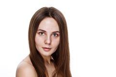 INGEN naturlig ren framsida för MAKEUP av den unga brunettflickan utan inget M Fotografering för Bildbyråer