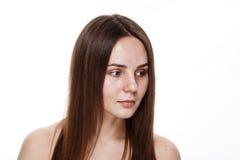 INGEN naturlig ren framsida för MAKEUP av den unga brunettflickan utan inget M Arkivbild
