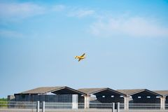 Ingen nivå för Steve Temple ` s 45 Cassutt III-M för modell för flygplan för `-Quadnickel ` fluga över hangar i världscupen Thail arkivfoton