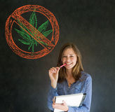 Ingen ogräsmarijuanakvinna på svart tavlabakgrund royaltyfri foto