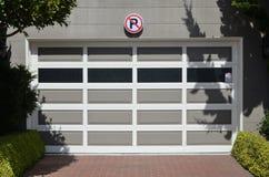 Ingen parkering framme av garage Arkivbilder