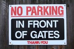 Ingen parkering framme av portar arkivfoton