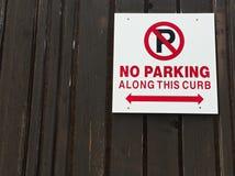 Ingen parkering längs trottoarkanttecken Royaltyfri Bild