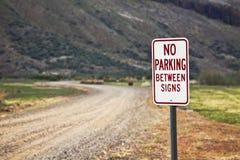 Ingen parkering mellan tecken Fotografering för Bildbyråer