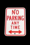 Ingen parkering, när som helst tecknet isolerade Royaltyfri Foto