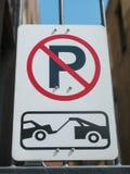 Ingen parkering och bogsera zontecknet Fotografering för Bildbyråer