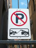 Ingen parkering och bogserazon Arkivbilder