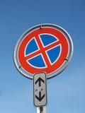 ingen parkering och inget stoppa undertecknar över blå himmel Royaltyfri Foto