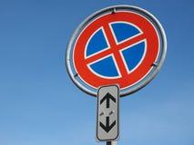 ingen parkering och inget stoppa undertecknar över blå himmel med kopieringsutrymme Fotografering för Bildbyråer