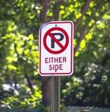 Ingen parkering på antingen sidotecken Royaltyfria Foton