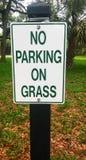 Ingen parkering på grästecken Arkivfoton
