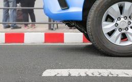 Ingen parkering på röda band undertecknar på gatan Royaltyfri Fotografi