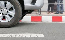 Ingen parkering på röda band undertecknar på gatan Arkivfoto