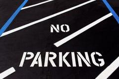 Ingen parkering som målas på diagonal parkeringsplats Royaltyfri Bild