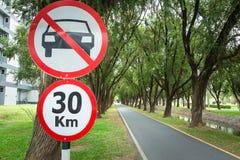 Ingen parkering undertecknar in cykelgränden Arkivfoton