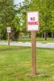 Ingen parkering undertecknar in den gröna nationalparken Fotografering för Bildbyråer
