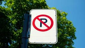 Ingen parkering undertecknar in en gata av Montreal, Kanada Arkivfoto