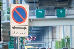 Ingen parkering undertecknar på den planlagda tiden på etiketten Royaltyfria Foton