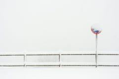 Ingen parkering undertecknar in snö Royaltyfria Foton