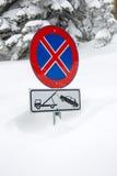 Ingen parkering undertecknar in snö Fotografering för Bildbyråer