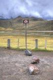 Ingen parkering undertecknar in spanjor på en sjö Arkivfoto