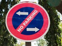 Ingen parkering undertecknar in staden Royaltyfria Bilder