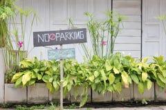 Ingen parkering undertecknar ut den främre gården Arkivfoton