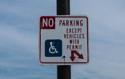 Ingen parkering utom med handikappat tillstånd Arkivbilder