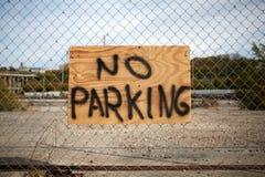 Ingen parkering uttrycker handskrivet på ett bräde på ett staket Fotografering för Bildbyråer