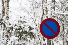 Ingen parkeringsroadsign som omges av snö Royaltyfria Foton