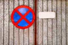 Ingen parkeringstrafik undertecknar över gammalt järn Arkivfoto