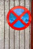 Ingen parkeringstrafik undertecknar över gammalt järn Arkivbild