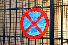 Ingen parkeringstrafik undertecknar över järnportnätverket Royaltyfri Fotografi