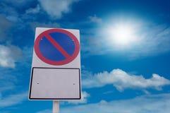 Ingen parkeringstrafiktecken och blå himmel med solen tänder Arkivbild