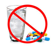 Ingen preventivpiller begrepp-äter inte medicinen med kallt vatten arkivbild