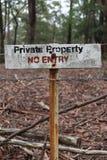 Ingen privat egenskap för tillträde undertecknar i rött svartvitt tecken i stående royaltyfri bild