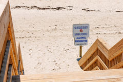 Ingen simning ingen alkohol på stranden Royaltyfri Bild
