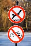 Ingen simning och inget cykla trafiktecken arkivfoto