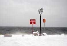 Ingen simning. Stadsseafront i vinter. Arkivfoton