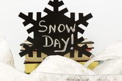 Ingen skola på den svarta snöflingan i vita band och böcker Royaltyfri Bild