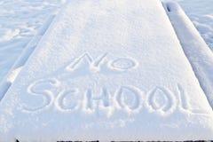 Ingen skola, två ord som skisseras i snö Royaltyfria Bilder