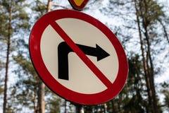 Ingen teckning för vändvägmärkeväg som står vid en skogväg Royaltyfri Bild