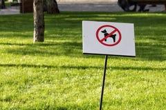 Ingen tillåten hund undertecknar in parkera Royaltyfri Fotografi