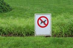 Ingen tillåten hund undertecknar in parkera Arkivbild