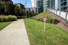 Ingen tillåten hund undertecknar in parkera på staden Royaltyfri Fotografi