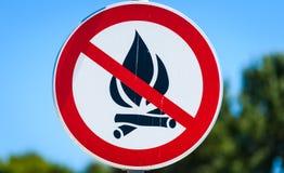 Ingen tillåten varning för öppen brandflamma undertecknar in Kroatien royaltyfri bild