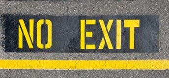 Ingen utgång som målas på asfalt Fotografering för Bildbyråer